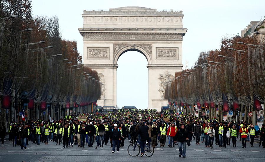 Continúan las protestas en Francia. Paris amarilla arde…