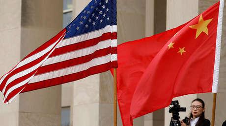 Las banderas de Estados Unidos y de China ondean en las inmediaciones del Pentágono en Arlington (Virginia, EE.UU.), el 9 de noviembre de 2018.