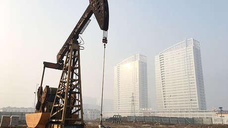 Unidad de bombeo en el campo petrolero Shengli operado por Sinopec en Dongying (China), el 12 de enero de 2017.