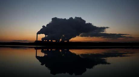 Columnas de emisiones sobre la central eléctrica a carbón de Belchatow, la más grande de Europa en esta clase de plantas, el 28 de noviembre de 2018