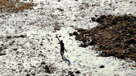 Nativo de la isla Sentinel del Norte disparando flechas a un helicóptero que llegó a examinar el territorio tras el tsunami en el océano Índico en 2004.