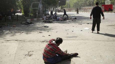 Un hombre herido tras un doble atentado suicida en Kabul, Afganistán, el 30 de abril de 2018