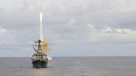 El destructor de misiles guiados USS McCampbell (DDG 85), actualmente desplegado en Yokosuka (Japón), durante un ejercicio en el océano Pacífico el 20 de septiembre de 2012.