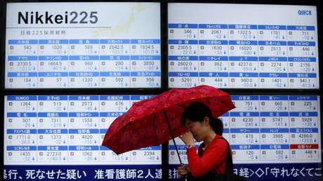 Un tablero electrónico que muestra el índice Nikkei 225 frente a una correduría en Tokio, Japón, el 8 de julio de 2015.