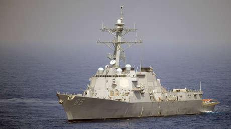 El destructor USS McCampbell navega por el océano Pacífico el 26 de mayo de 2010