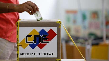Un ciudadano venezolano emite su voto en un colegio electoral en Caracas.20 de mayo de 2018