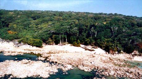 Vista de la isla Sentinel del Norte, administrada por la India, dos días después del tsunami del 26 de diciembre de 2004.