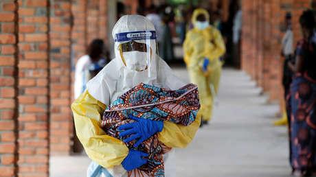 Un médico sostiene a un bebé sospechoso de estar infectado con ébola en un hospital de Oicha, provincia de Kivu Norte, RDC, el 6 de diciembre de 2018