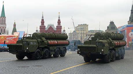 Lanzaderas del sistema antimisiles ruso S-400 Triumf desfilan por la Plaza Roja de Moscú.