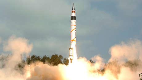 Lnzamiento de misil balístico Agni-V desde la Isla Wheeler, en el estado indio de Odisha, el 19 de abril de 2012.