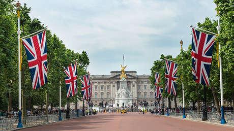 Vista frontal del Palacio de Buckingham en Londres (Reino Unido).