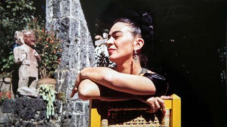 Frida Kahlo en el barrio de Coyoacán, México, en una imagen de 1946, captada por la fotógrafa Florence Arquin.