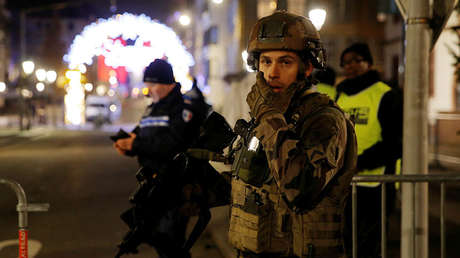 Oficiales de policía acordonan una calle después del tiroteo mortal en Estrasburgo (Francia), el 11 de diciembre de 2018.