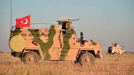 Tropas turcas y estadounidenses realizan patrullan de forma conjunta alrededor de la ciudad siria de Manbij como parte de un acuerdo que apunta a aliviar las tensiones, el 1 de noviembre de 2018.