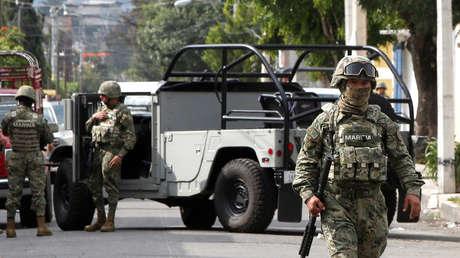 Soldados mexicanos protegen un área después de un tiroteo entre presuntos delincuentes y el Ejército, Ciudad de México, 20 de julio de 2017.