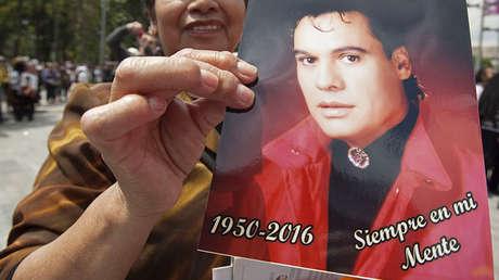 Una seguidora de Juan Gabriel rinde homenaje al cantante en la Ciudad de México, el 6 de septiembre de 2016.
