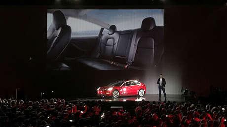 Elon Musk presenta uno de los primeros autos Model 3 en la fábrica de Fremont de Tesla, el 28 de julio de 2017.