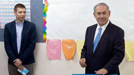 Yair Netanyahu, hijo del primer ministro de Israel, junto a su padre en Jerusalén el 17 de marzo de 2015.