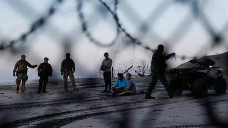 La Oficina de Aduanas y Protección Fronteriza de EE.UU detiene a un grupo de migrantes tras cruzar irregularmente desde Tijuana (México), 13 de diciembre de 2018.