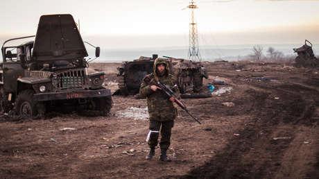 Miembro de las autodefensas de la autoproclamada República de Donetsk en la localidad de Logvínovo, en el Donbass.
