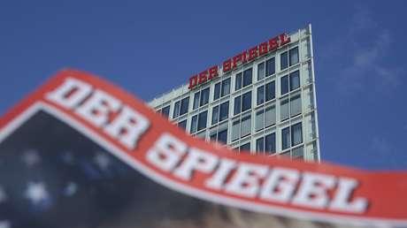 Un ejemplar de la revista Der Spiegel frente a la sede de su redacción en Hamburgo, Alemania.