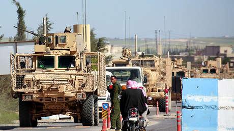 Convoy de vehículos de la coalición antiterrorista en la localidad de Manbij (Siria).