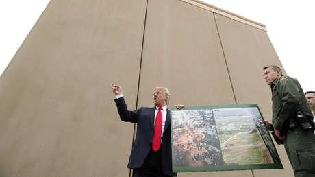 El presidente Donald Trump en un tour para conocer los prototipos del muro, cerca de Oyat Mesa, en California, EE.UU., 13 de marzo de 2018.