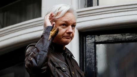 El fundador de WikiLeaks, Julian Assange, en el balcón de la embajada de Ecuador en Londres, Gran Bretaña, el 19 de mayo de 2017.