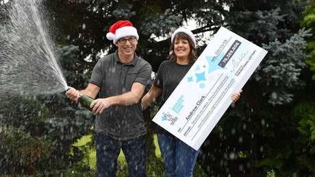 Andrew Clark y su pareja, Trisha Fairhurst, muestran el premio obtenido