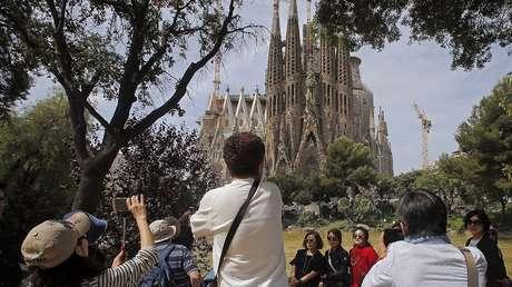 Turistas cerca de la Sagrada Familia, Barcelona, España, el 26 de mayo de 2016.