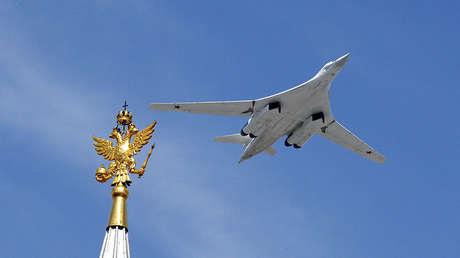Bombardero estratégico ruso Tupolev Tu-160 durante en desfile.
