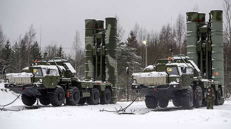 Dos sistemas de defensa aérea S-400 Triumf.