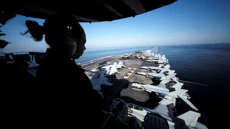 El USS John C. Stennis atraviesa el estrecho de Ormuz en dirección al golfo Pérsico, el 21 de diciembre de 2018.