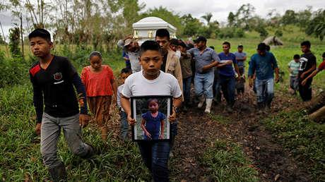 Familia y amigos portan el ataúd con los restos de Jakelin Caal, la niña de 7 años que falleció mientras se encontraba bajo custodia de la Patrulla Fronteriza de EE.UU.