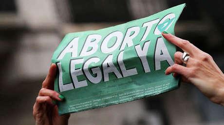 Manifestante sostiene un cartel a favor del aborto en Buenos Aires, Argentina. 8 de agosto de 2018.