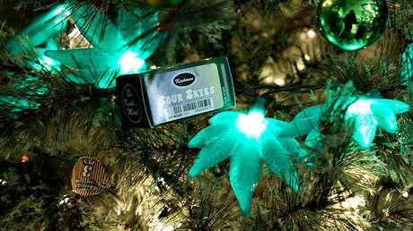 Un árbol de Navidad decorado con luces con forma de hoja de marihuana en la tienda de cannabis Grass Station en Denver, Colorado (EE.UU.), el 28 de noviembre de 2014.