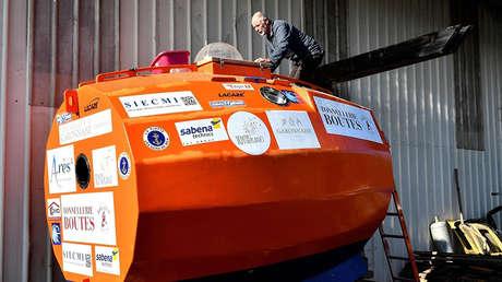 Jean-Jacques Savin, ex  paracaidista de 71 años, construye una nave hecha con un barril en el astillero de Ares, al suroeste de Francia.