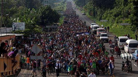 Una caravana de casi 7.000 migrantes de América Central en la ciudad de Frontera Hidalgo (México) camina hacia EE.UU. el 21 de octubre de 2018.