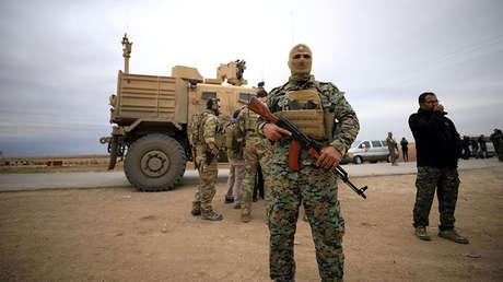 Fuerzas Democráticas Sirias y tropas estadounidenses durante una operación de patrulla en la localidad de Al Hasakah, Siria, el 4 de noviembre de 2018.