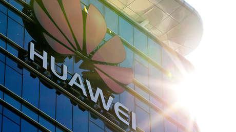 El logotipo de Huawei luce en las oficinas de la compañía en Dongguan, provincia de Cantón (China), el 18 de diciembre de 2018.