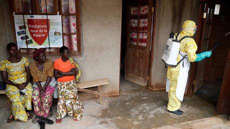 Un trabajador de la atención sanitaria frente a una habitación donde murió un bebé posiblemente infectado con ébola, Beni (provincia de Kivu del Norte, Congo), el 13 de diciembre de 2018.