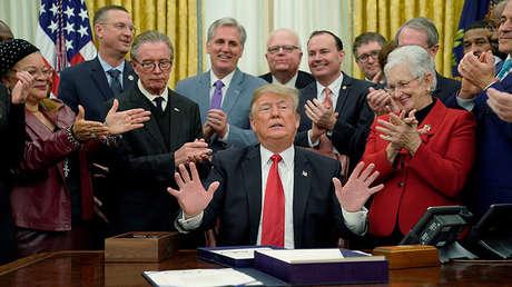El presidente de Estados Unidos, Donald Trump, recibe un aplauso de los miembros republicanos del Congreso en el Despacho Oval de la Casa Blanca, Washington, EE.UU., el 21 de diciembre de 2018.