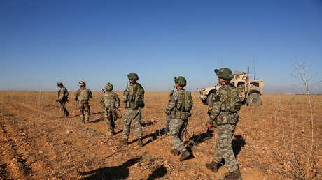 Tropas de EE.UU. y Turquía participan en un patrullaje conjunto en Manbiy, Siria, el 1 de noviembre de 2018.