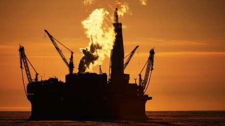 La plataforma petrolífera Prirazlómnaya en el mar de Pechora, Rusia.