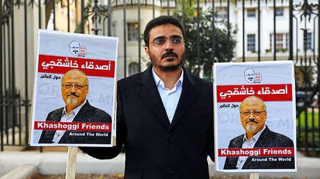 Un hombre protesta contra el asesinato de Jamal Khashoggi frente a la Embajada de Arabia Saudita en Londres (Reino Unido), el 26 de octubre de 2018.