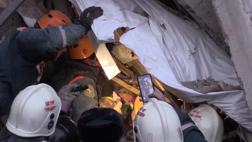 Resultado de imagen para Rescatan a bebé de 10 meses entre escombros de edificio colapsado por explosión en Rusia