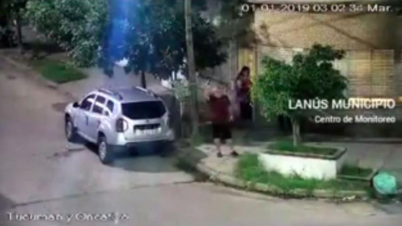 VIDEO: Un hombre con un revolver en cada mano dispara en la calle durante la noche del Año Nuevo