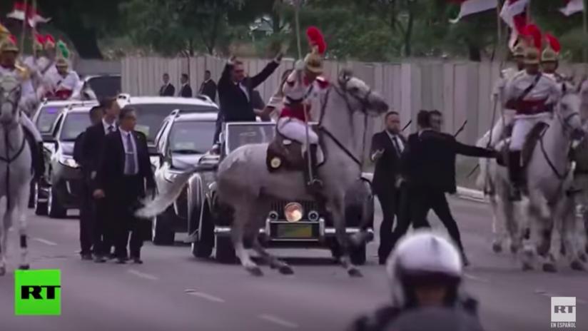 VIDEO: Un caballo 'se asusta' frente a Bolsonaro y detiene la caravana antes de su investidura