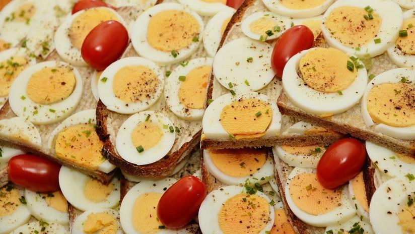 Un huevo calentado en un microondas explota y casi deja ciega a una joven
