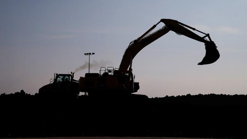 Abren con dos excavadoras una camioneta como si fuera una lata y roban 2,6 millones de dólares